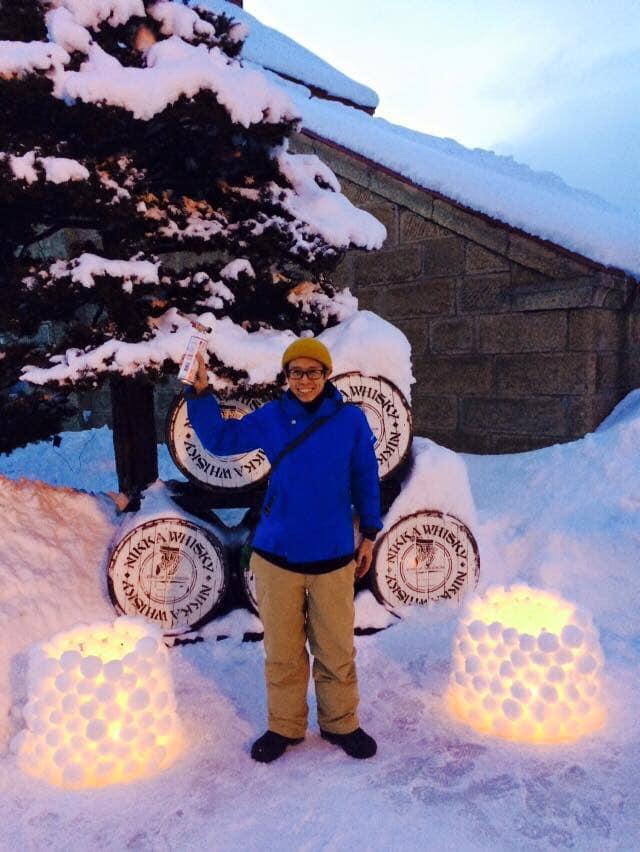 青いウェアーで余市雪あかり